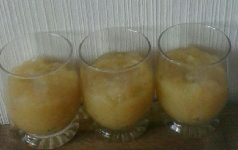 Deser jabłkowy ze śmietanką i rodzynkami