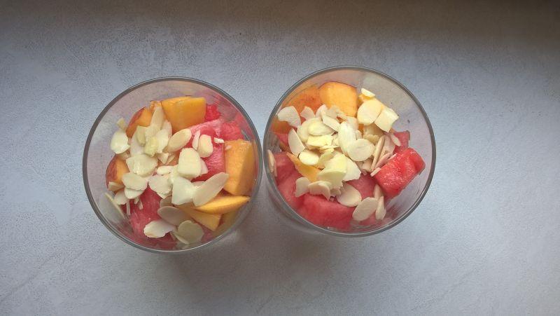 Deser owocowy z płatkami migdałów