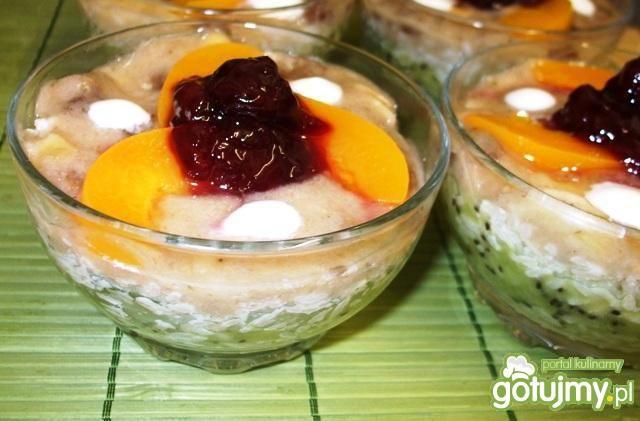 Deser ryżowy z bananem, kiwi, brzoskwini