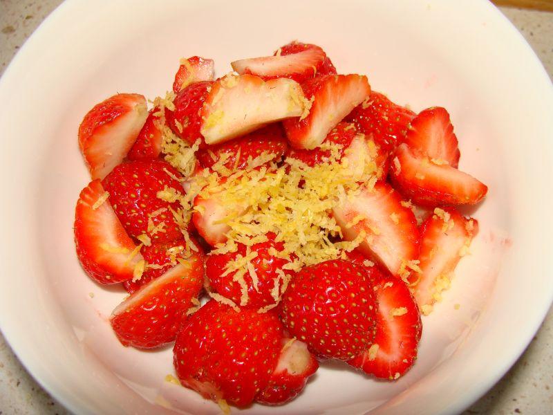 Deser truskawkowy na waflach pszennych