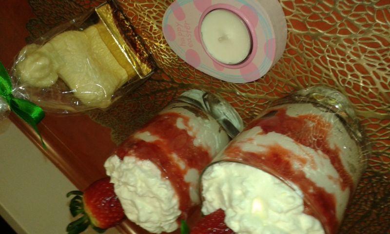 Deserek śmietankowy z mascarpone i truskawkami