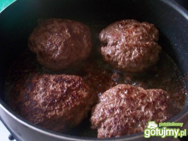 Domowe burgery z serem kozim