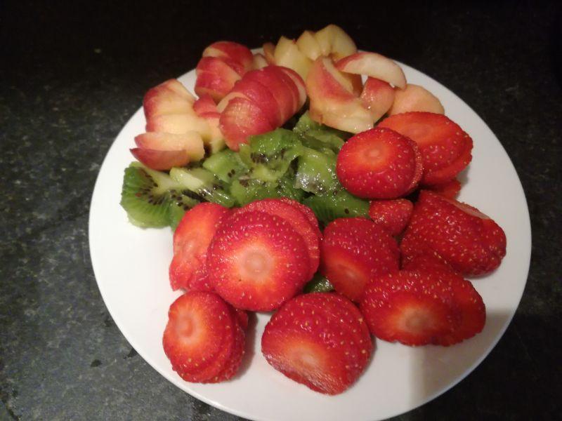 Domowe naleśniki ze śmietaną i owocami