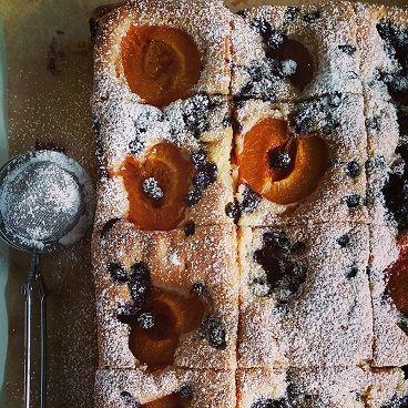 Domowe ucierane ciasto z morelami i jagódkami