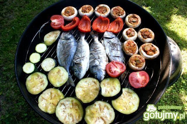 Dorada, pieczarki i warzywa z grilla