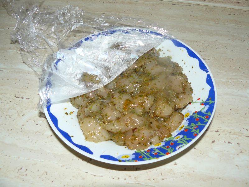 Drobiowy przysmak z kabanosami i szpinakiem