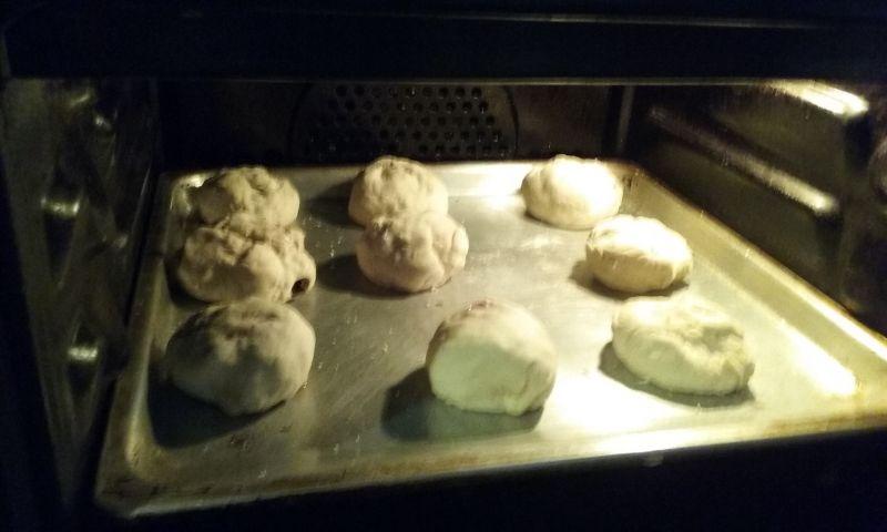 Drożdżowe bułeczki z kiełbasą, pieczarkami i serem