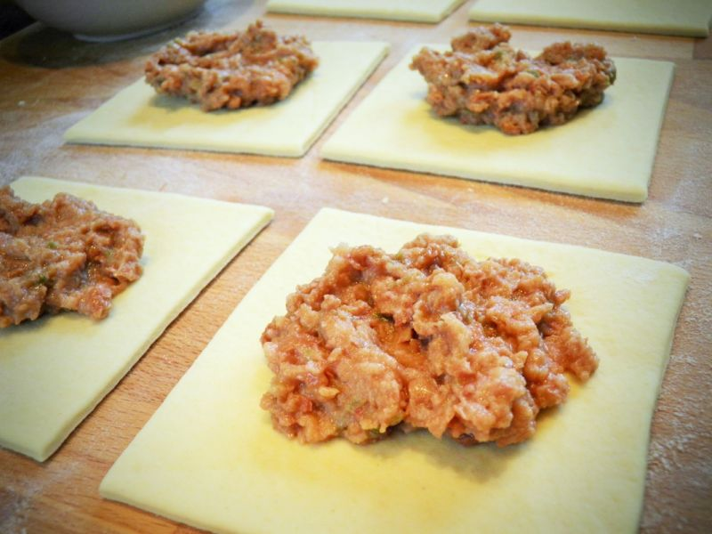 Drożdżowe pierożki z fasolą i chili jalapeno