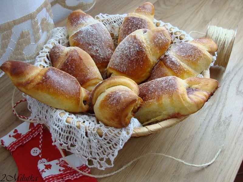 Przepis  Drożdżowe rogaliki z konfiturą wiśniową przepis  Gotujmy pl