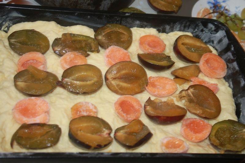 Drożdżowe z morelami i śliwkami