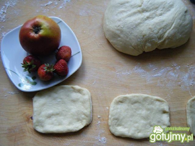 Drożdżówki z jabłkami i truskawkami