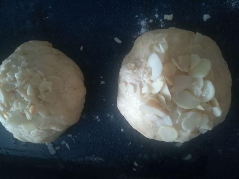 Drożdżówki z truskawkami i migdałową posypką