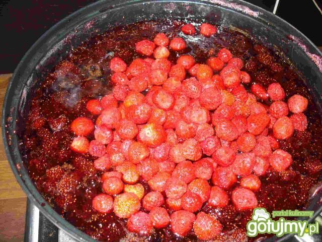 Dżem truskawkowy z kawałkami owoców