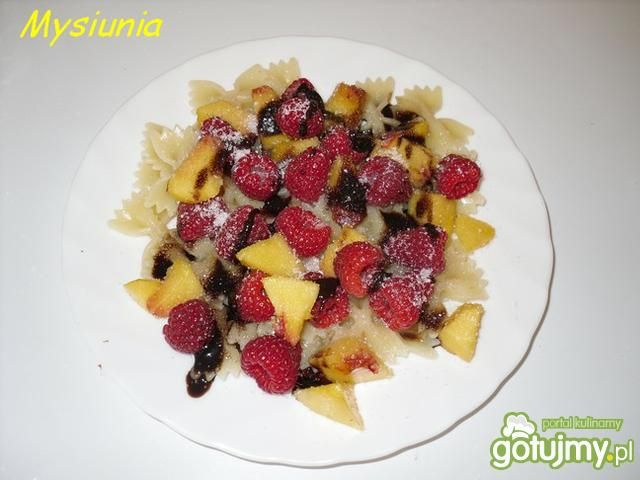 Farfalle z owocami