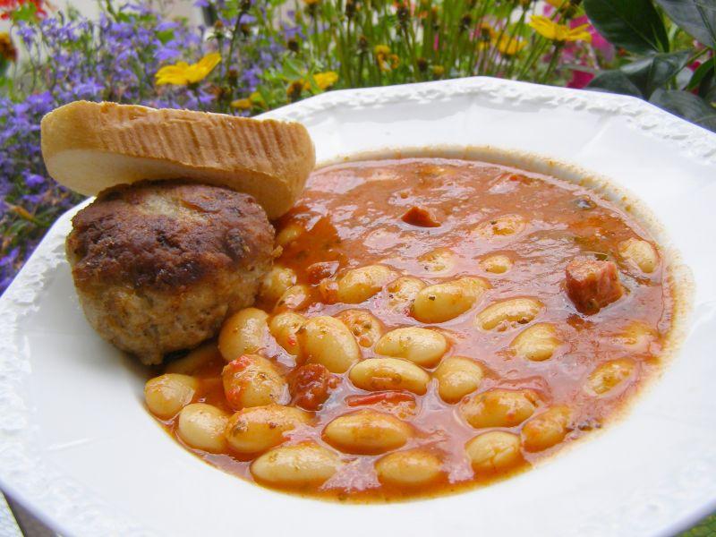 Fasola z kiełbasą, pomidorami i kotletem mielonym