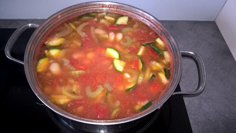 Fasolka w sosie pomidorowym z makaronem i papryką