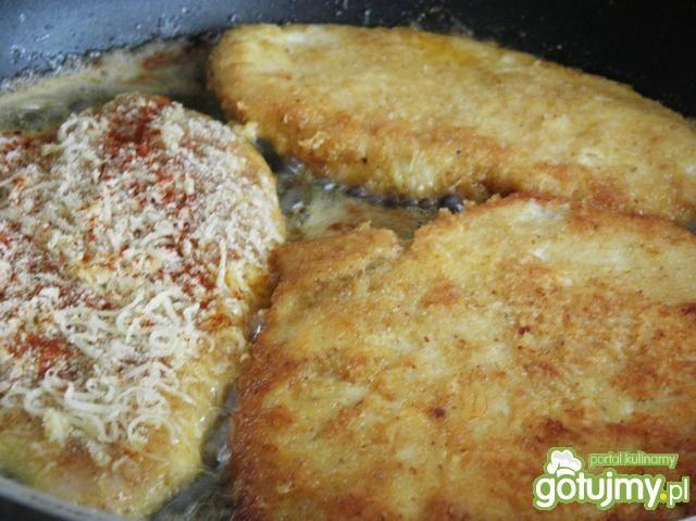 Filet z kurczaka w panierce serowej.