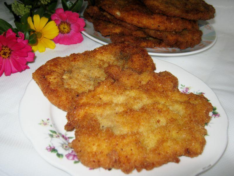 Filet z kurczaka z cebulowa nutką w panierce.