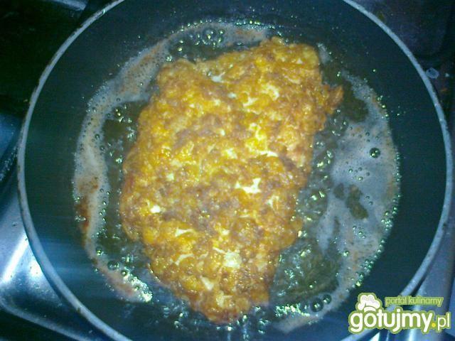 Filet z kurczaka z serkiem w płatkach.