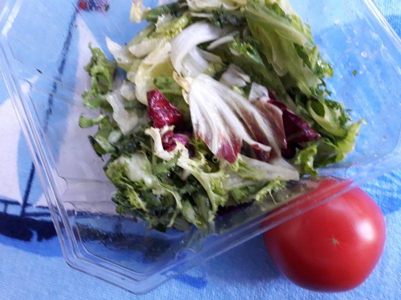 Frittata z pomidorami i sałatą