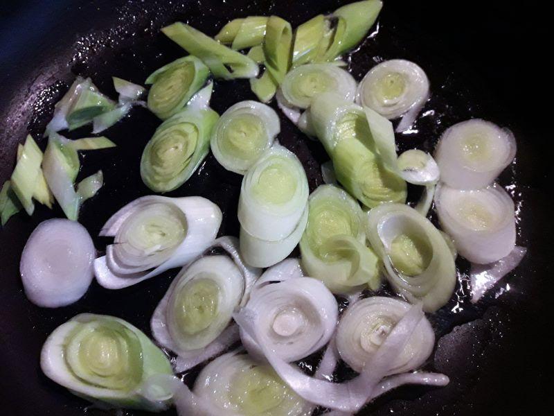 Frittata z porem , brokułami i szpinakiem