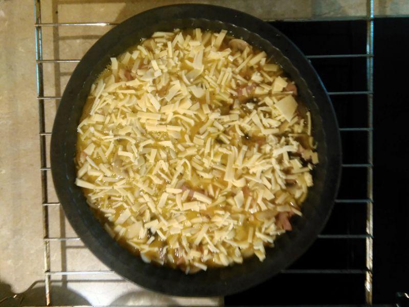Frittata z szynką, pieczarkami i cebulą
