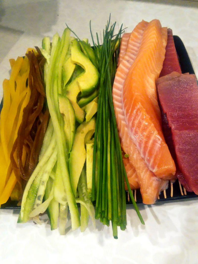 Futomaki i uramaki z tuńczykiem i łososiem
