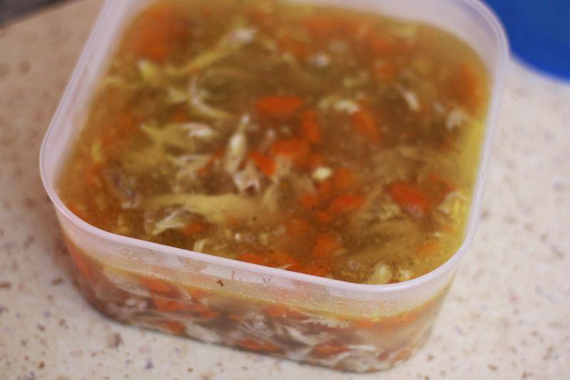 Galareta drobiowa na udkach z kurczaka i warzywach
