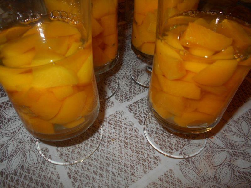 Galaretkowy deser z brzoskwiniami i kaszą manną