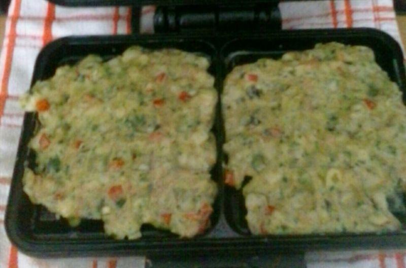 Gofry jajeczno - szpinakowe z warzywami, wędliną