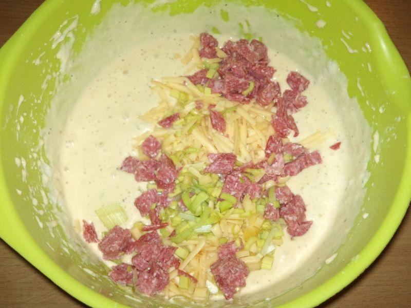 Gofry z salami i żółtym serem