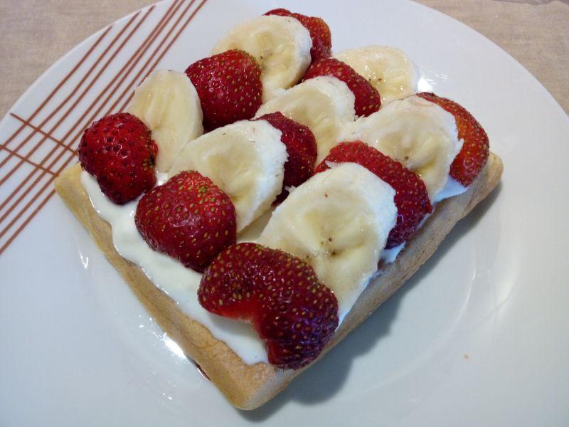 Gofry z serkiem i owocami
