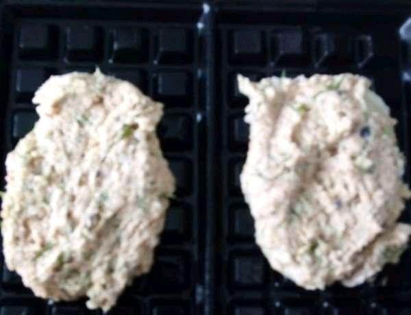 Gofry ziemniaczano - dyniowe ze śledziem w oleju