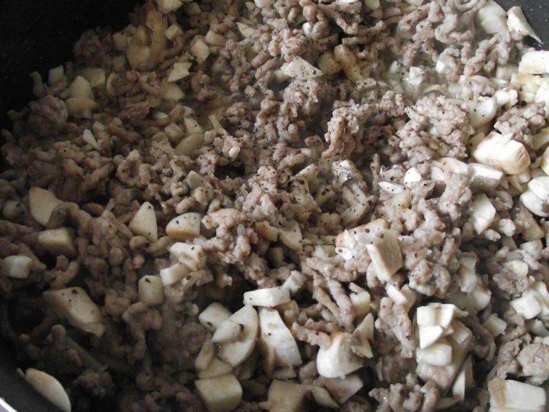 Gołąbki z mięsem i pieczarkami w młodej kapuście