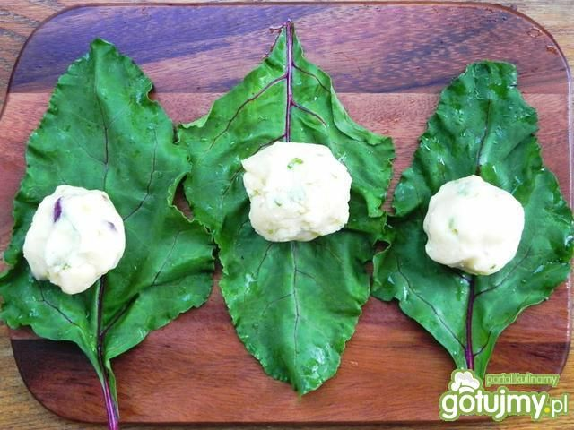 Gołąbki ziemniaczane w liściach botwinki