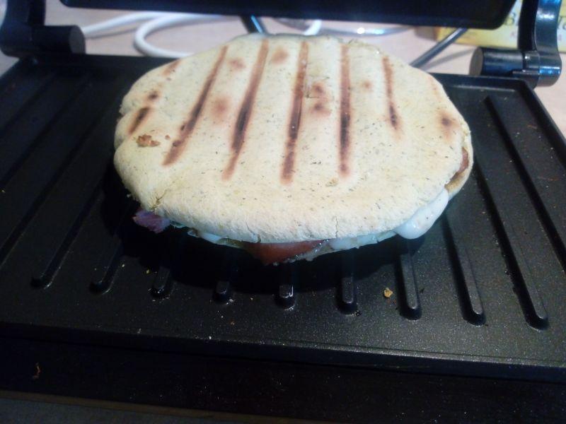 Grillowana pita z kiełbasą