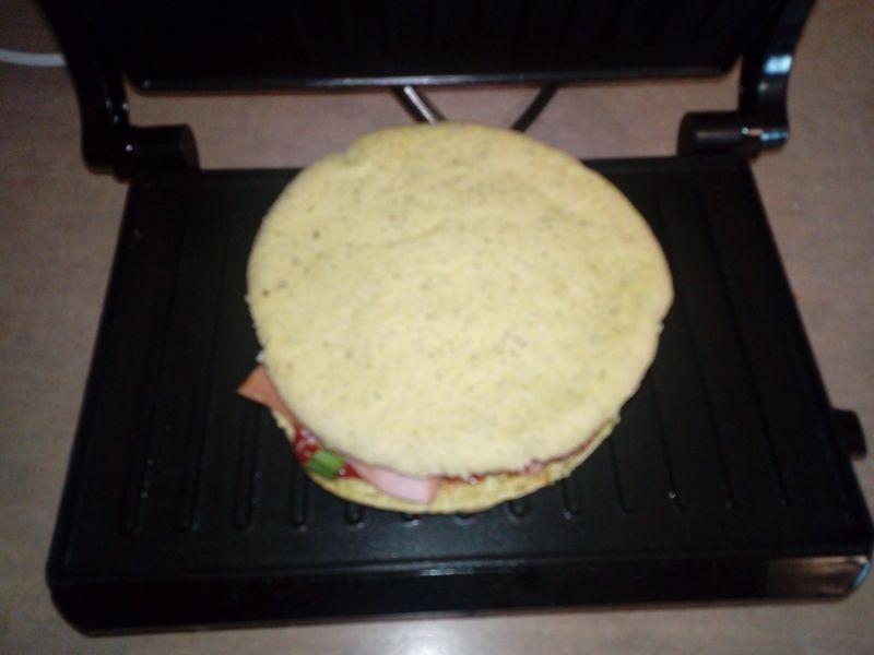 Grillowana pita z parówką i mozzarellą