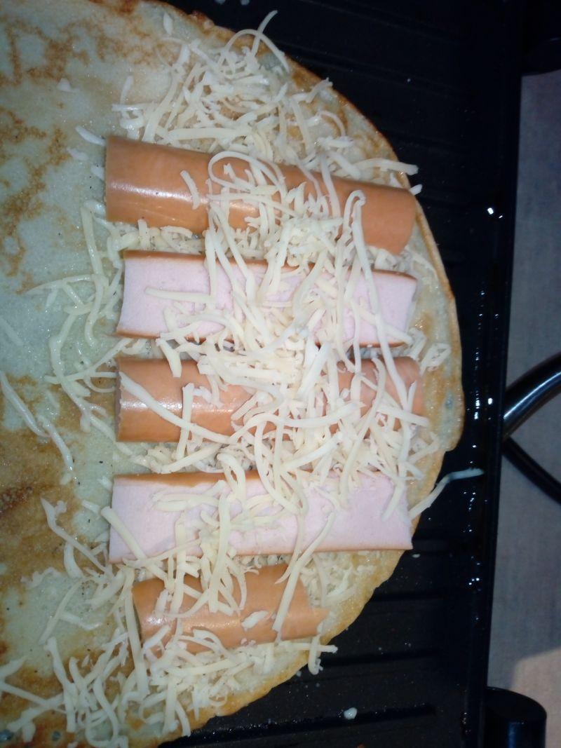 Grillowane naleśniki z parówką i serem