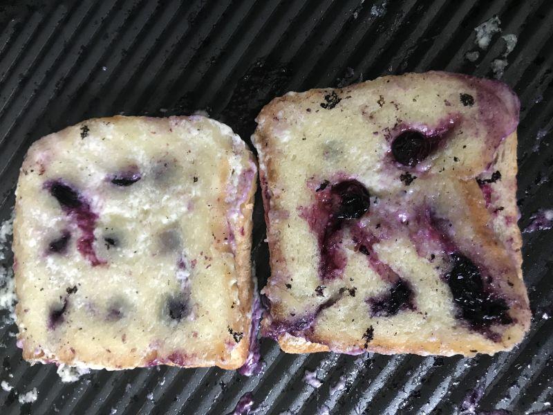 Grillowane tosty z borówkami