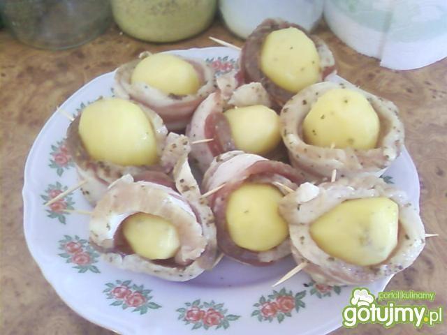 Grillowane ziemniaki w boczku.