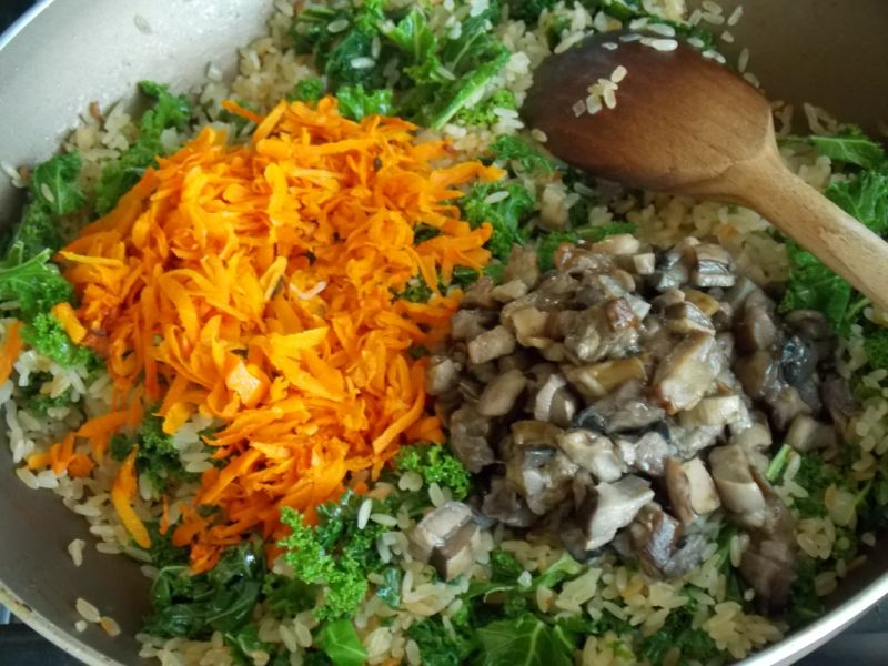 Grzybowe risotto z marchewką i jarmużem