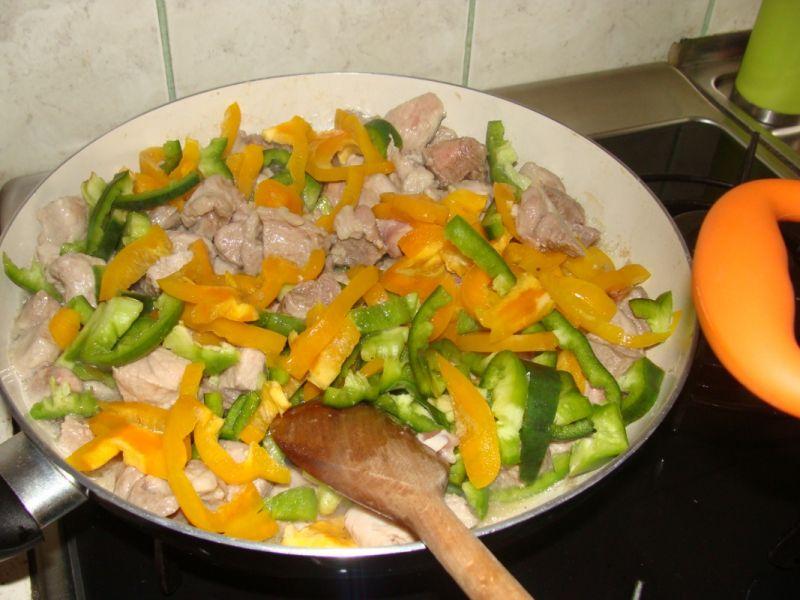 Gulasz mięsno-grzybowy