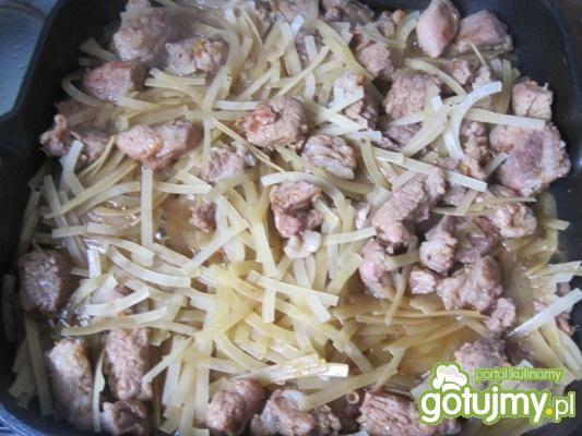 Gulasz mięsny z makaronem
