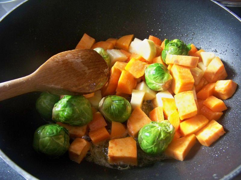 Gulasz warzywny z dynią brukselką i batatem