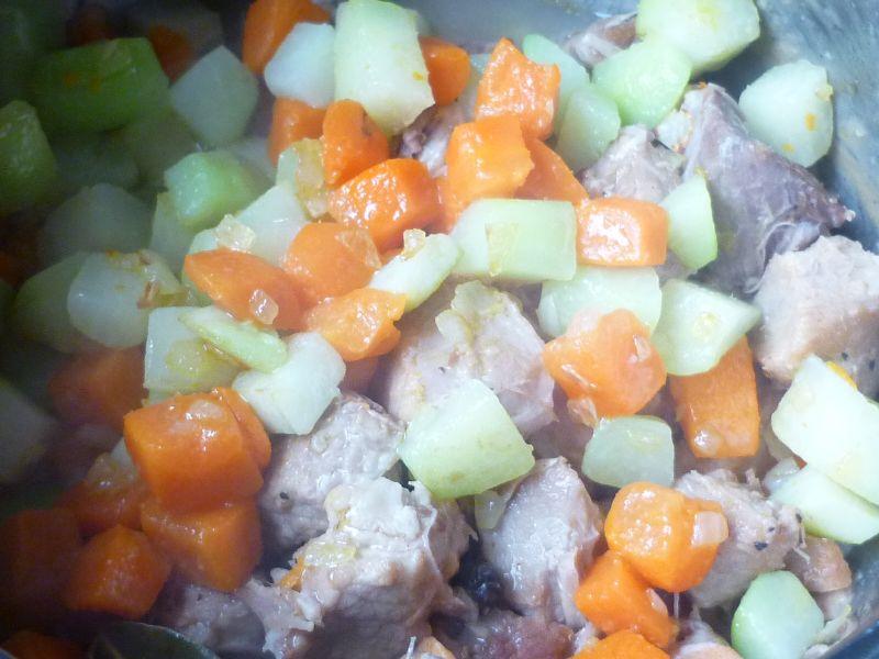 Gulasz wieprzowy z kalarepką i marchewką