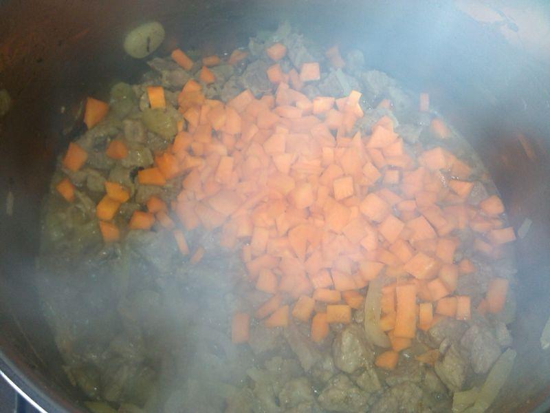 Gulasz wieprzowy z kaszą i kukurydzą