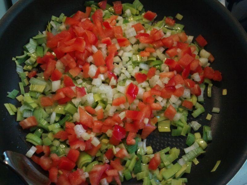 Gulasz z szynki z warzywami i ciecierzycą