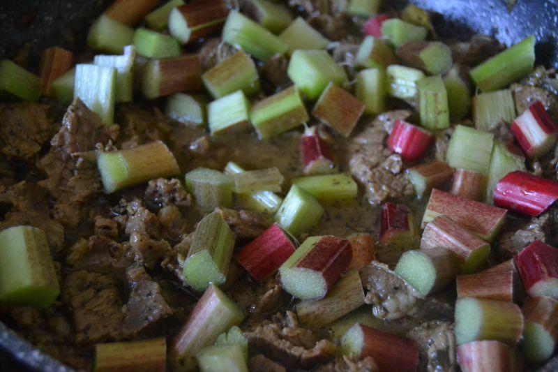 Gulasz z wołowiną  i rabarbarem