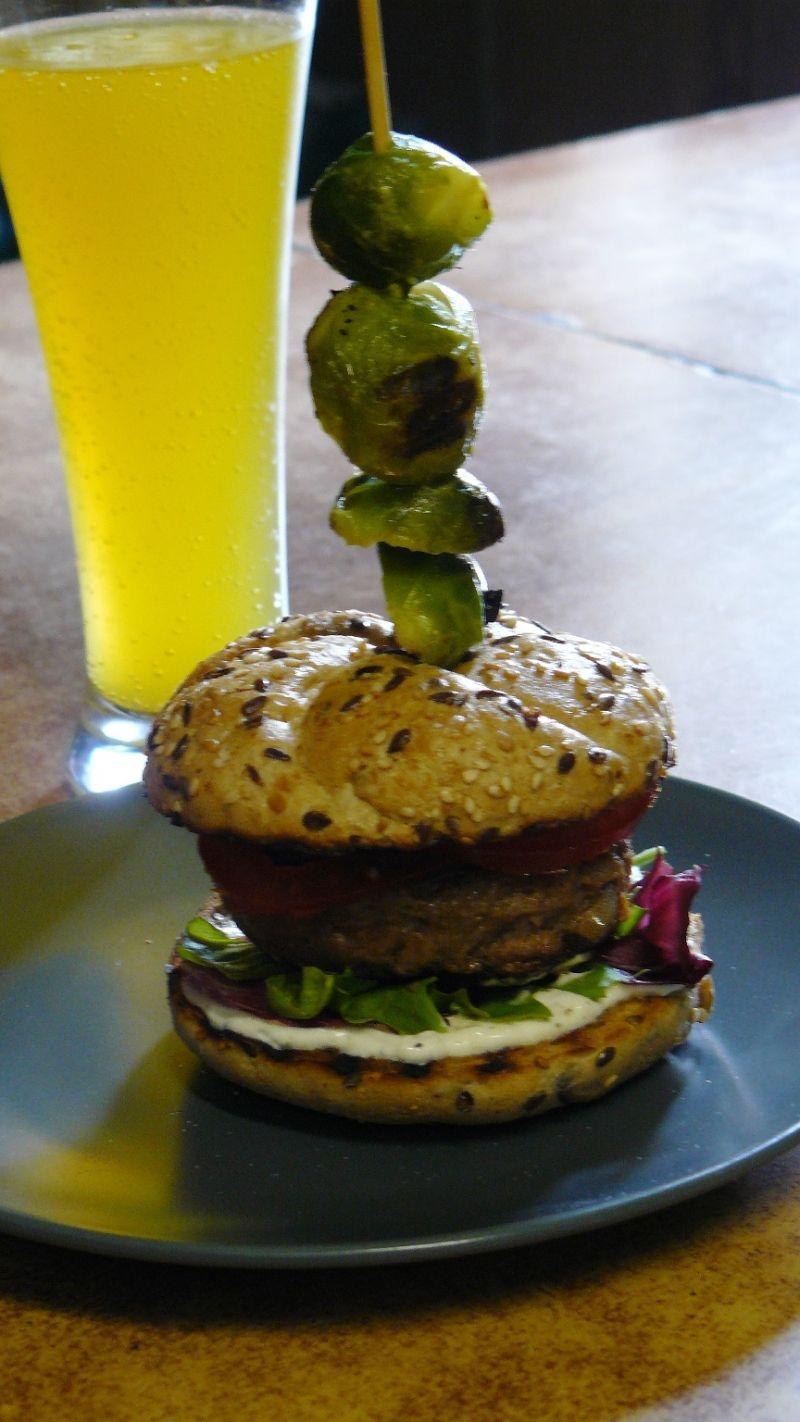 Hamburger z grillowaną brukselką