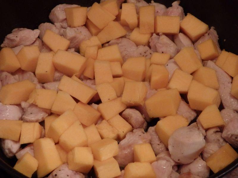 Indyk duszony z gruszką w sosie dyniowym z serem p